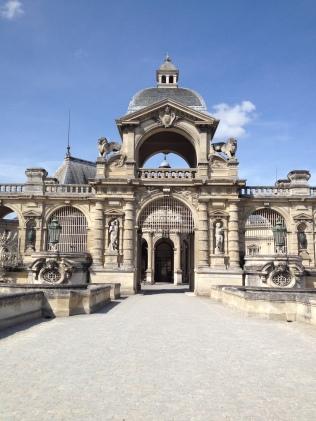 Entrée du château encadrée par des copies des esclaves de Michel-Ange