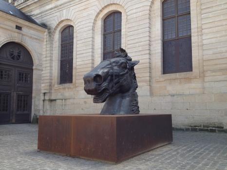 Sculpture à l'entrée du manège