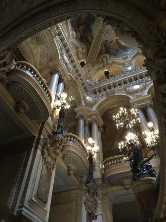 Vue depuis le bassin de la pythie sur la salle du grand escalier de l'opéra Garnier /cultivetaculture
