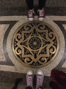 Le selfie pied à l'entrée de l'opéra Garnier /cultivetaculture