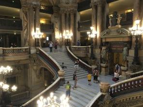 Vue sur le grand escalier de l'opéra Garnier /cultivetaculture