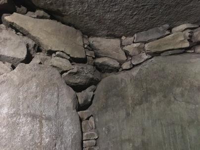 Détail de l'intérieur de la chambre avec les pierres en encorbellement /cultivetaculture