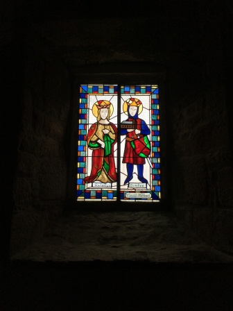 Gundliew, prince de Glamorgan et Gwladis, fille d'un roi gallois, les parents de Saint Kado, vitraux de la chapelle sud /cultivetaculture