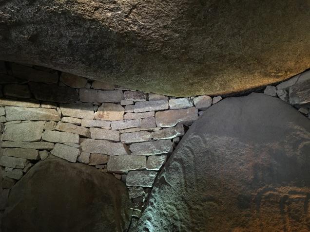 Reconstitution du Cairn, détails des pierres d'encorbellement et de la pierre comblée à gauche /cultivetaculture