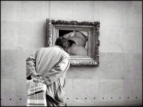 Visiteur devant L'origine du monde de Courbet, Musée d'Orsay