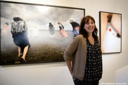 Marianne Rosenstiehl devant ses oeuvres exposée au Petit Espace, 2014.