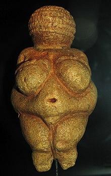 Vénus de Willendorf, statuette en pierre calcaire, 24 000–22 000 av. J.-C, Musée d'histoire naturelle de Vienne.